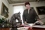 Za odvolanou ředitelku kladrubského hřebčína sepisují zaměstnanci petici