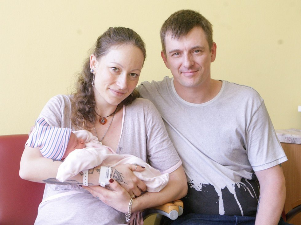 STELLA KOŠŤÁLOVÁ se narodila 8. května ve 22 hodin a 55 minut. Měřila 49 centimetrů a vážila 3270 gramů. Maminku Markétu podpořil u porodu tatínek David. Rodina bydlí v Pardubicích. Doma na nového sourozence čeká dvouapůlletá Marie Anna.