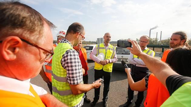 Setkání kandidátů  na hejtmana Pardubického kraje na rozestavěné dálnici D35 u Opatovic nad Labem.