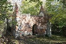 Schátralou kapličku U Trojice v Pardubicích chce město zbořit. Klubu přátel Pardubicka se to ale nelíbí.