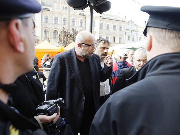 Pardubický radní Jiří Razskazov křičel na pondělním mítinku ČSSD na policisty, kteří na místě zajišťovali pořádek.
