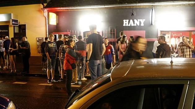 Razie ve Štrossově ulici. Do hejna mládeže jako když střelí. Policisté přesto tři nezletilé opilé odvedou k výslechu.