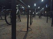 Po jízdním kole za několik desítek tisíc zůstal u stojanu jen utržený zámek. Strážníci však pachatele lapli.