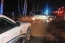 Řidič nebral značky ani mostek na silnici vážně. Svoje auto na něm odepsal a sám skončil v nemocnici.