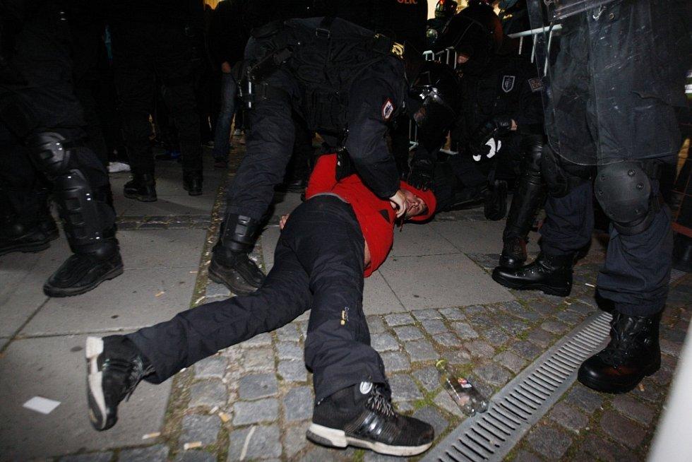 Před ČEZ Arenou zajistila policie dva fanoušky Hradce. Jeden se pokusil vyvolat potyčku, druhý kopal do zaparkovaných aut. Zaji.