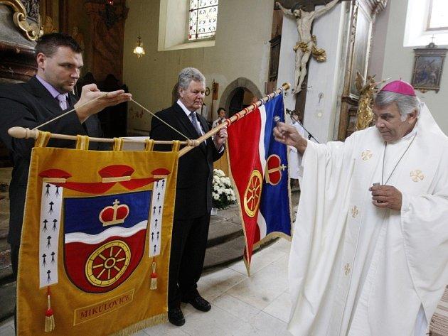 Svěcení obecních symbolů se v mikulovickém kostele svatého Václava ujal biskup Josef Kajnek