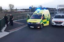 Strážníci zachraňovali staršího muže, který se chystal v Pardubicích u Parama skočit z mostu do do kolejiště na Prahu.