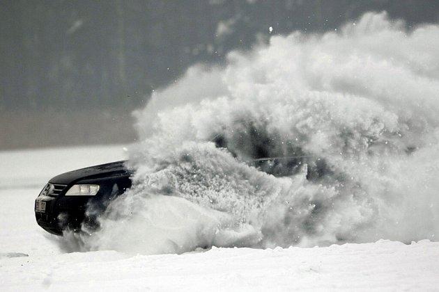 ONDŘEJ SE SVÝM SUBARU zajel při včerejším tajném závodu po zamrzlém rybníku na Pardubicku nejlepší čas. Když projížděl cílem, ukazovala ručička tachometru stodesetikilometrovou rychlost.