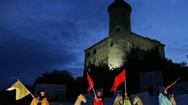 Cikáni jdou do nebe v prostorách hradu Kunětická hora