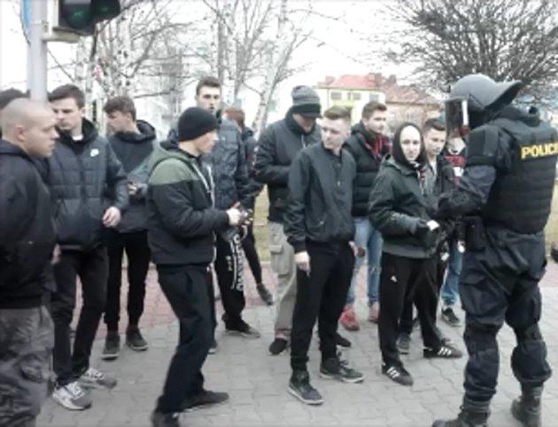 Dvě party chuligánů se proti sobě rozeběhly na travnatém plácku u křižovatky Anenská. Policejní těžkooděnci však střetu zabránili.