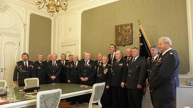 Dobrovolní hasiči převzali v Senátu medaile za svou práci.
