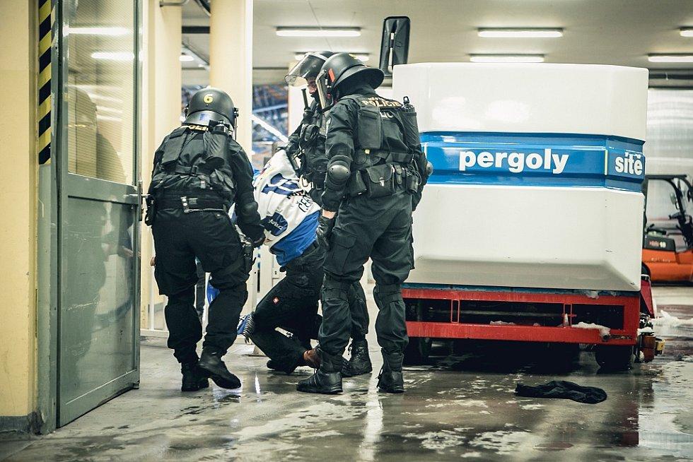 Násilí v ochozech. Zasahovat museli několikrát strážníci městské policie.