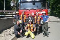 Společná fotečka na památku s místními hasiči.