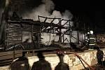 Část Restaurace pod Kuňkou lehla v noci plamenem