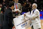 Primář dětského oddělení pardubické nemocnice Vladimír Němec přebírá šek na padesát tisíc korun