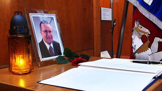 Lidé mohou vyjádřit soustrast rodině zesnulého hejtmana podpisem do kondolenční knihy