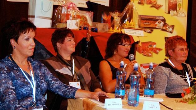 Ivana Tlustošová (vlevo) z Lázní Bohdanče se do soutěže Primababička 2008 přihlásila prý ze zvědavosti.