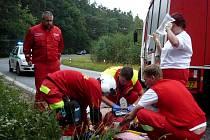 Řidiče po vyproštění transportoval do nemocnice vrtulník