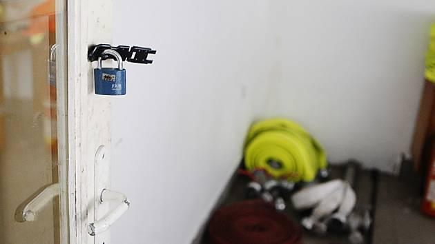 Zloději vylomili petlici na dveřích. Hasičské a těžko prodejné vybavení nechali na místě. Vzali ale elektrocentrálu, čerpadlo, pilu a zdravotnické vybavení.