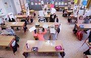 Školáci už mají pololetní vysvědčení doma.
