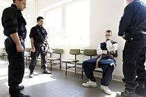 Jeden ze zadržených mladíků čeká na rozhodnutí soudu o uvalení vazby