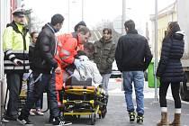 Sraženou ženu do nemocnice převážela záchranná služba. Pravděpodobně utrpěla zlomeninu nohy.