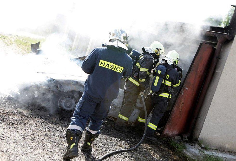 Hasiči likvidovali požár auta v Černé za Bory. Příčinou vzplanutí byla zřejmě nedbalost při sváření.