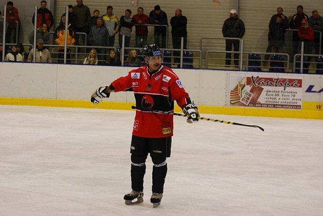 HRAJÍCÍ LEGENDA. Evžen Musil rozhodně nehodlá pověsit hokej na hřebík. Ve svých dvaapadesáti letech vede Závodní hokejovou.