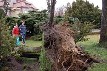 Ostřešany: Náves u pomníku padlým
