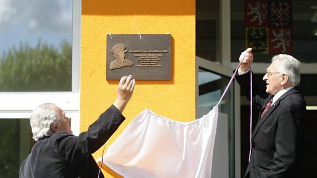 Nadporučík Vladimír Eliáš má pamětní desku na základní škole.