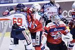 Utkání Tipsport extraligy v ledním hokeji mezi HC Dynamo Pardubice (červenobílém) a HC Vítkovice Ridera (v bílomodrém).