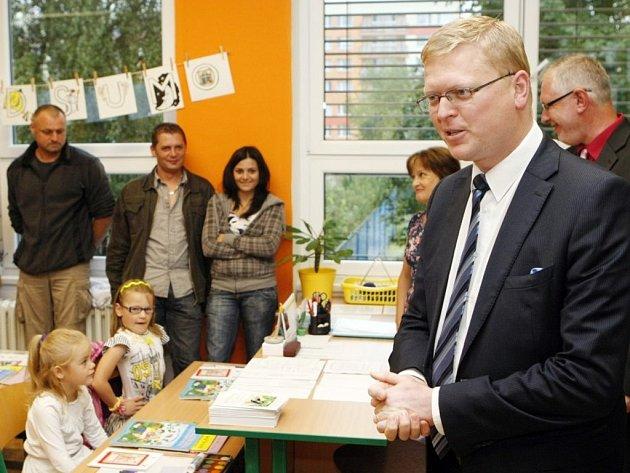 První školní den na pardubické Základní škole Npor. Eliáše. Mezi děti zavítal i místopředseda vlády Pavel Bělobrádek.