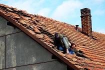 Sezemice: Oprava poničené střechy