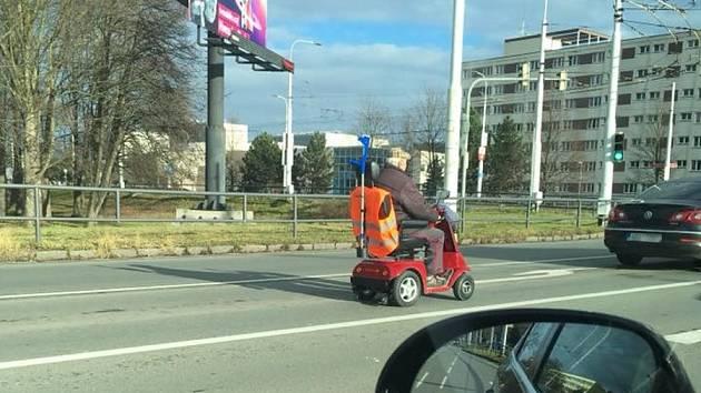 Že má něco kolečka a motor ještě neznamená, že je to auto a můžete s tím jezdit po silnici. Zákon na takovéto vozítko pohlíží jako na chodce se všem povinnostmi.
