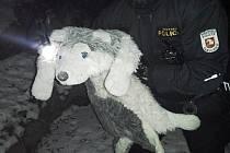 Velký zdechlý pes se ukázal být plyšovou hračkou