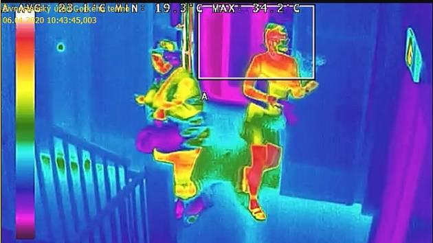 Radnice měří teplotu lidí