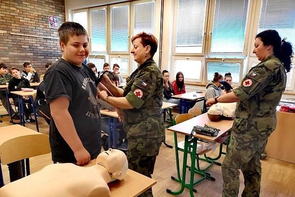 Vojákyně z praporního obvaziště školáky učily základy první pomoci.