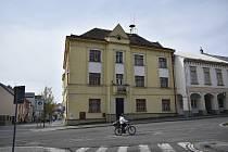 Dům, který na Masarykově náměstí  v Přelouči brzy nahradí moderní budova nové knihovny.