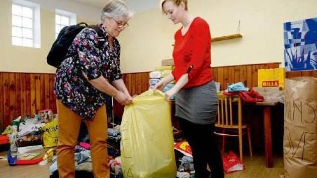 Sbírku pro potřeby běženců pořádá Farní sbor Českobratrské církve evangelické v Pardubicích. V neděli od 8 do 8.45 a od 12 do 13 hodin  mohou lidé nosit do Hronovické ulice další pomoc.