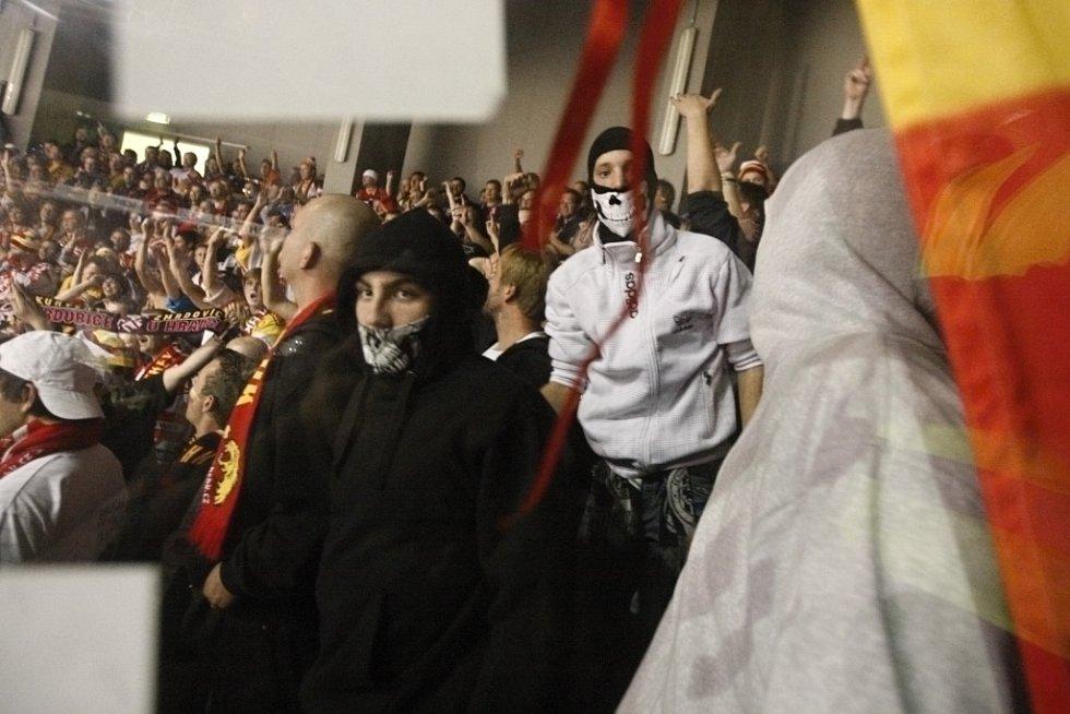 Zahalené tváře hradeckých fanoušků - proč asi?