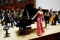 SÓLISTKOU SLAVNOSTNÍHO ZAHAJOVACÍHO KONCERTU šestatřicátého ročníku hudebního festivalu Mladé pódium byla sedmnáctiletá klavíristka ruského průvodu Kristina Stepasjuková.