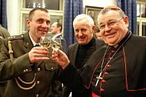 Milan Novotný (vlevo) si jako nový vojenský kaplan 43. výsadkového praporu v Chrudimi připíjí na zdraví s kardinálem Dominikem Dukou.
