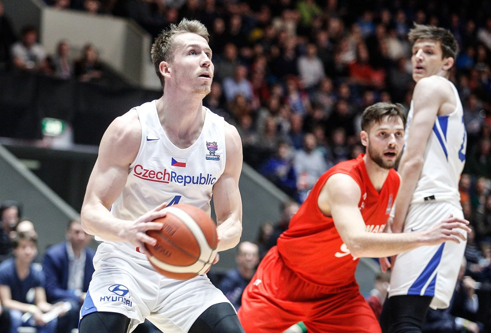 Kvalifikační utkání na Euro 2021 v basketbale mezi Českou republikou ( v bílém) a Dánskem (v červeném) v pardubické enteria areně.