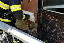 Žena típala cigarety v květináči, zapálila tak balkon.