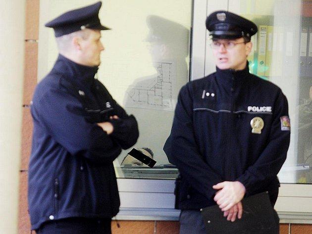 Policisté hlídkují před kanceláří v Pernerově ulici, kde došlo k sebevraždě.