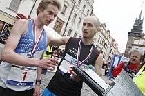 Mistrem republiky v půlmaratonu se stal Vít Pavlišta (vlevo), druhý skončil Robert Krupička z Ústí nad Orlicí. Celkově ale triumfovali dva Keňané.