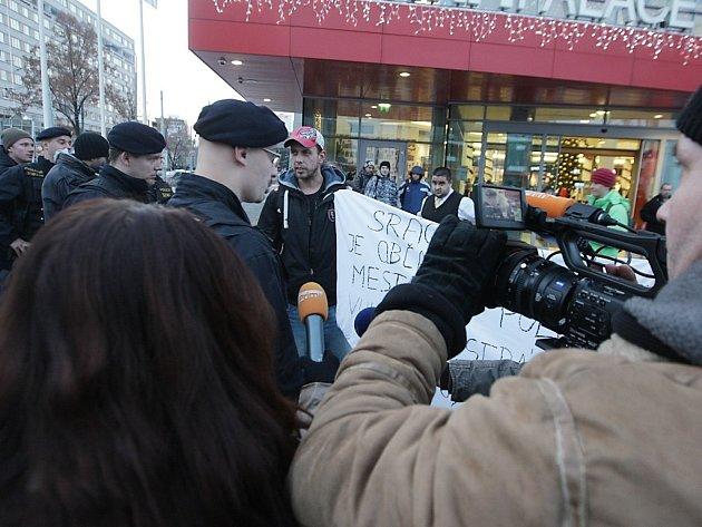 """Zadržení """"demonstrantů"""" před AFI Palácem se neobešlo bez četné asistence médií"""