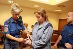 """S odkazem na """"psychické důvody"""" odmítla obžalovaná Renata Kubátová před hradeckým krajským soudem vypovídat a zažádala o možnost vrátit se do cely. Její otřesnou výpověď  tak četl soudce Jiří Vacek."""