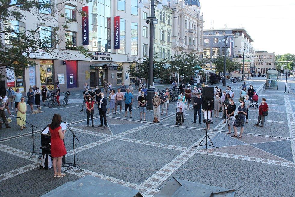 Už po čtvrté zaplnili lidé na protest proti vládě náměstí Republiky u VČD v Pardubicích.