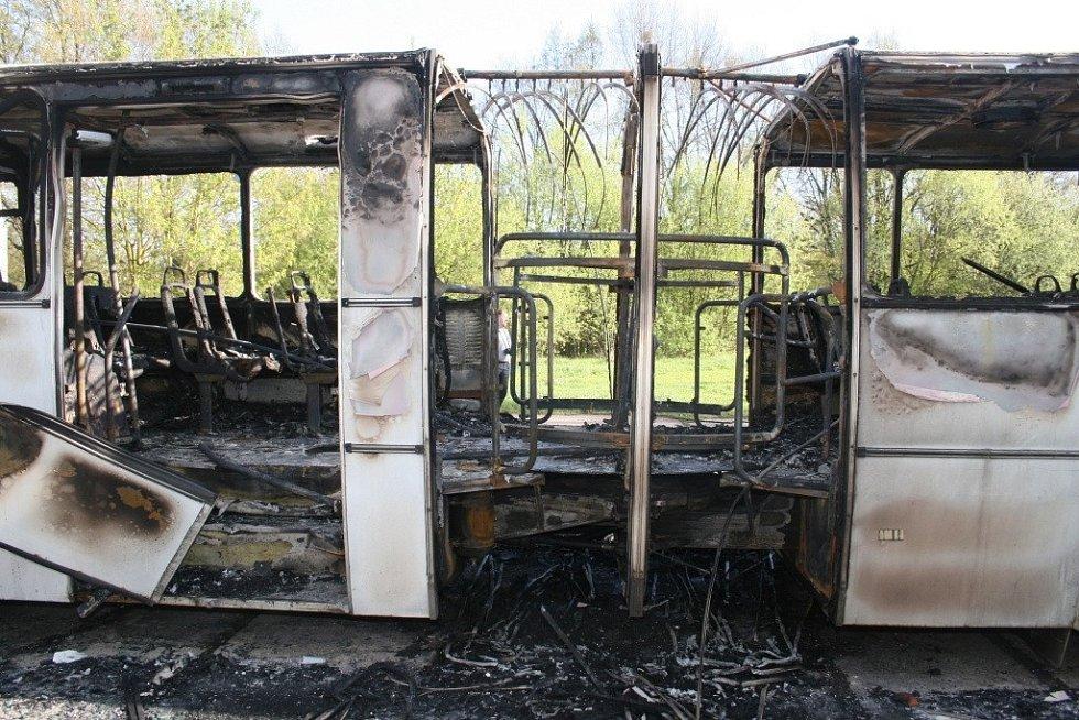 Soupis škod za žháři je rozsáhlý a jde přes půl milionu korun. Je mezi nimi i kloubový autobus. Prý chtěli vědět, jestli jde zapálit...